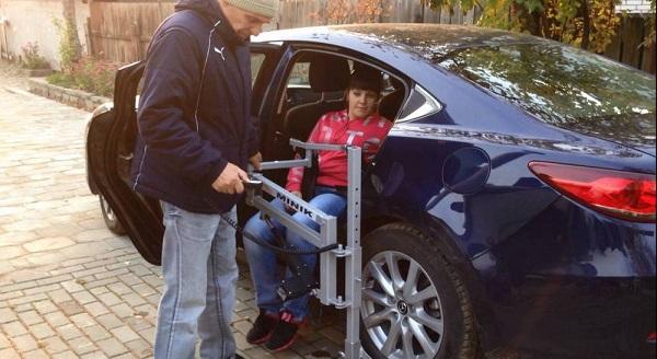 Инвалидный подъёмник в автомобиль. Крепление под колесо