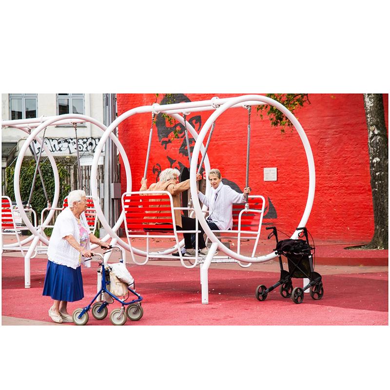 Качели для пожилых людей и детей с родителями