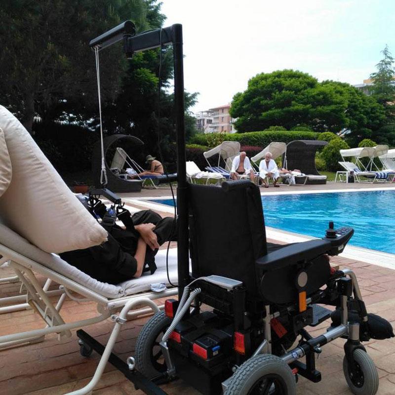 Инвалидное кресло-коляска с электроприводом и устройством для пересаживания