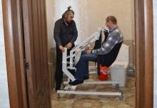 Подъемник для перемещения инвалидов с электроприводом